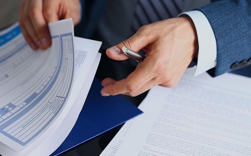 Osoba przeglądająca dokumentację finansową